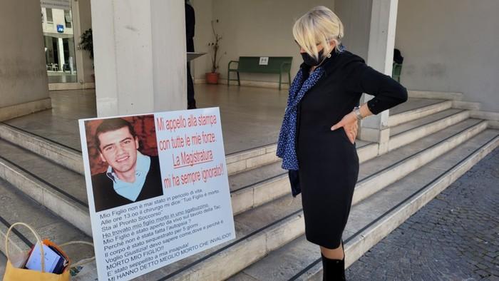 Lena Dodaj davanti al tribunale di Terni