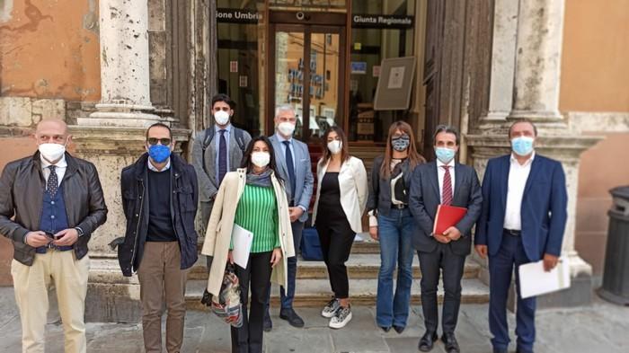 Alcuni sindaci all'ingresso di palazzo Donini
