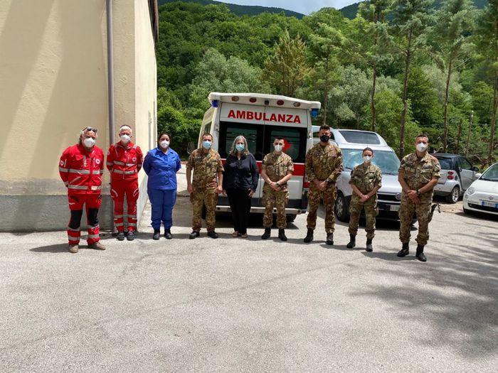 Militari dell'esercito con operatori della Croce Rossa