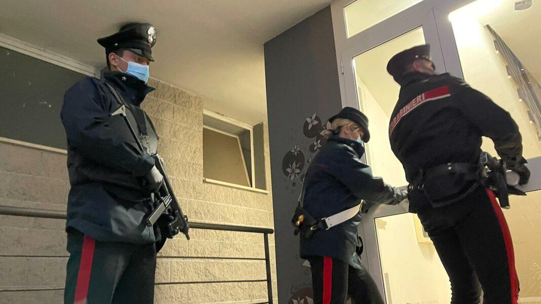 Un'operazione antidroga dei carabinieri