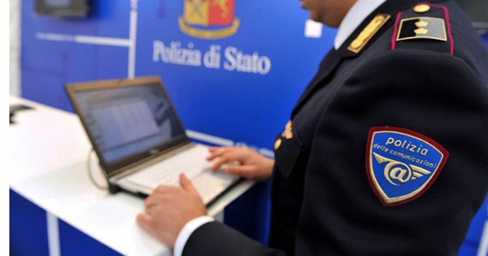 Un agente della Polizia posale