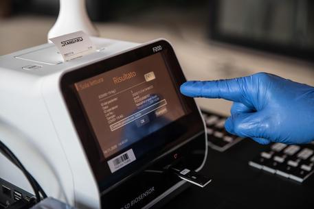 Medici di base praticano dei test rapidi ai loro pazienti