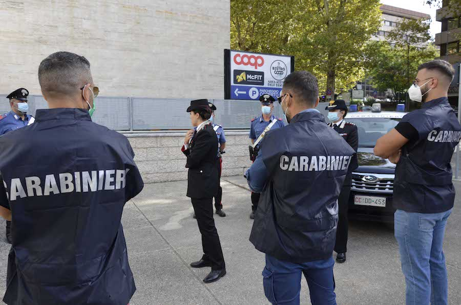 Polizia e carabinieri sul posto
