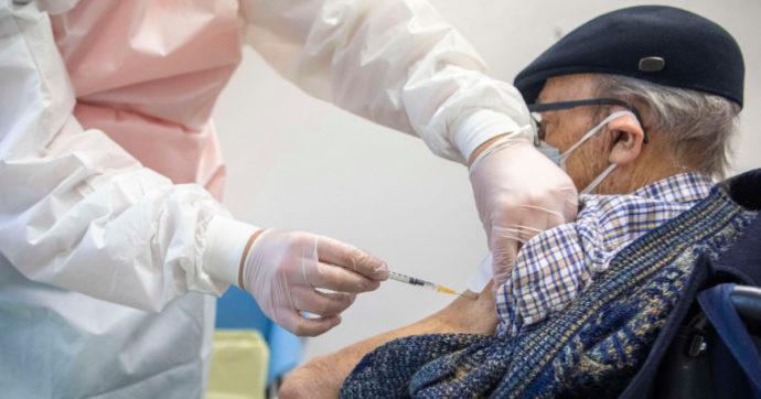 La vaccinazione di un anziano